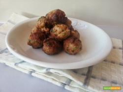 Polpette fritte di carne macinata piselli uovo aglio prezzemolo