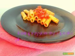Rigatoni con ragu carne ovina con il maiale carote sedano