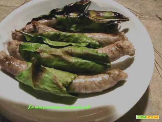 Salsiccia con foglie di limone arrostita con le foglie di limone