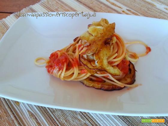 Spaghetti al pomodoro con melanzane, fritte e pomodoro fre