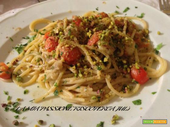 Spaghetti con gamberetti e pistacchi