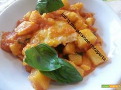 Stufato di uova e patate pomodori basilico uova fresche olio di oliva