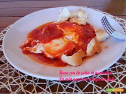 Uova con la salsa di pomodoro uova fresche