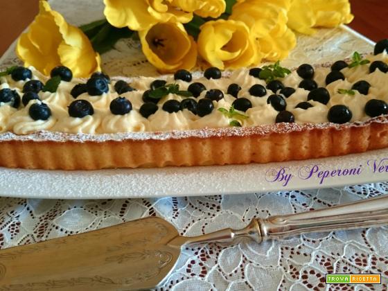 Crostata con farina di mandorle, crema chantilly e mirtilli