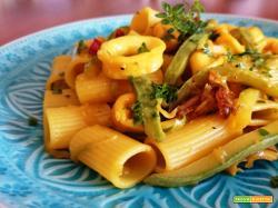 Mezze maniche rigate con calamari e zucchine in giallo