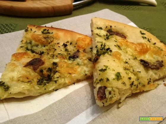 Pizza con impasto al quark, acciughe sott'olio, burro all'aglio e prezzemolo