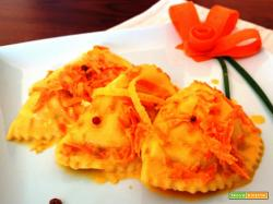 Ravioloni al salmone con salsa alle carote