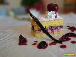 Tortina paradiso con salsa alle ciliegie e vaniglia