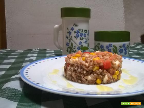 Insalata di farro con tonno pomodori mozzarella