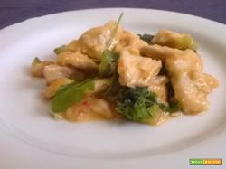 Petto di pollo con zucchine e rucola