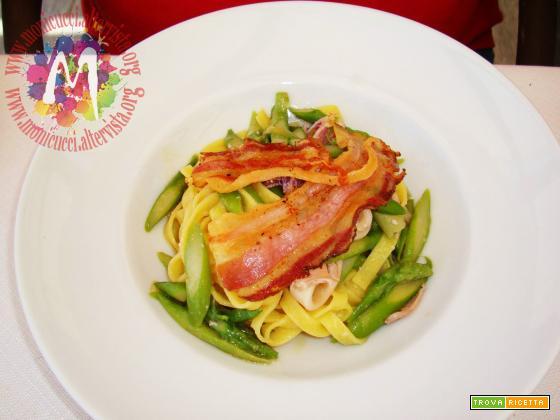 Tagliatelle fresche all'uovo con calamari, asparagi e pancetta