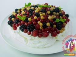 Pavlova ai frutti di bosco con salsa di fragoline e menta