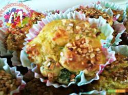 Muffin salati di farina di mais con piselli, prosciutto cotto e primosale