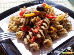 Pasta fredda con pesto di olive e peperoni