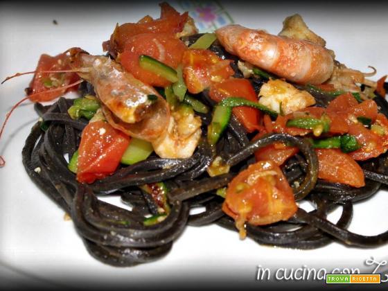 Pasta al nero di seppia gamberetti, zucchine e pomodorini