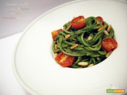 Spaghetti scanalati in crema di Spinaci con Pinoli e Pomodorini