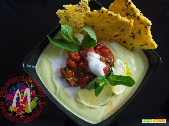Vellutata di avocado con pomodori piccantini e sfoglie di mais