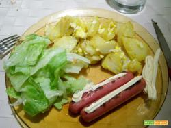 patate fritte strapazzate con l'uovo, wustel grigliato e insalata iceberg