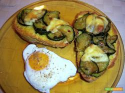 bruschettoni con le zucchine, uova in camicia