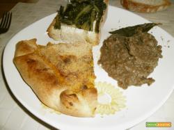 Tris di antipasti: torta salata porri e zucca, crostone con erbette e purè di lenticchie