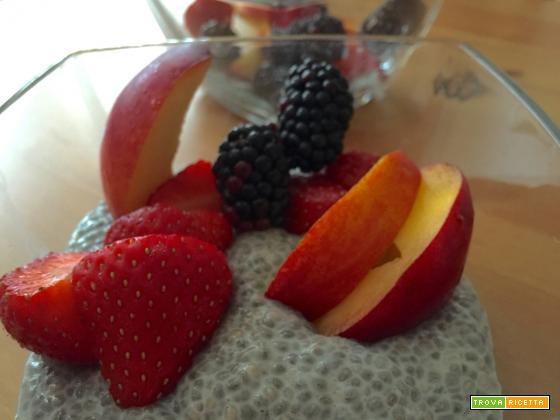 Pudding con semi di chia, latte di mandorle e frutta