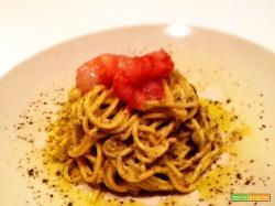 Spaghetti alla chitarra con pesto di pistacchi e gamberi rossi marinati nell'arancia
