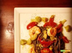 Spaghetti neri con gamberi e cavolo romanesco
