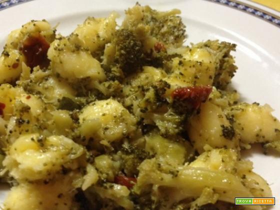 Gnocchi broccoli, pomodori secchi e acciughe