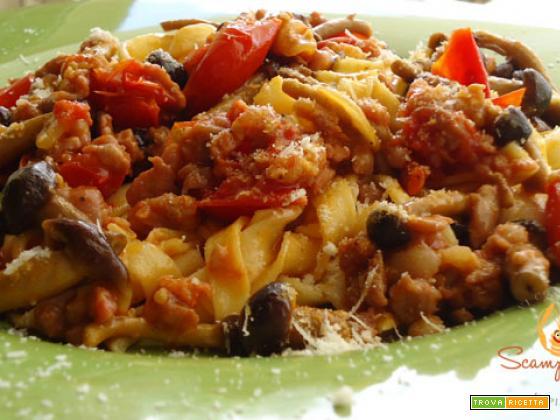 Tagliatelle (fatte in casa) con salsiccia, funghi e pomodorini