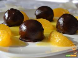 Bonbon al rum con cioccolato in salsa al mandarino