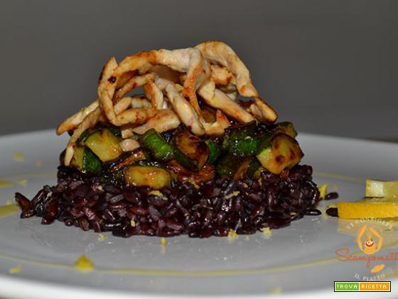 Riso nero con zucchine e millefoglie di pollo arrostito