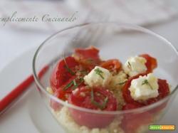 Insalata di couscous, feta greca e pomodori confit