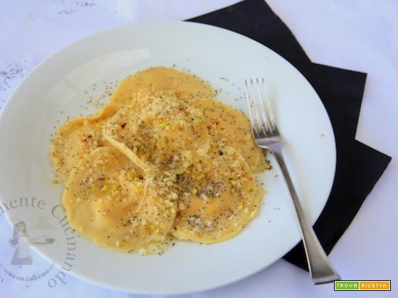 Ravioli di zucca con mandorle amare e pistacchi