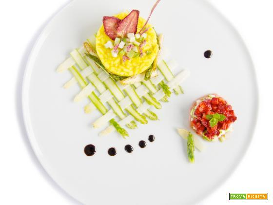 Risotto alla curcuma e burro di cacao con asparagi bianchi e verdi e dessert vegetale di fragole e composta di rabarbaro