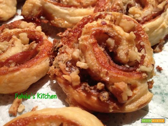 Girelle di pasta sfoglia con prosciutto crudo di Parma, gorgonzola e noci