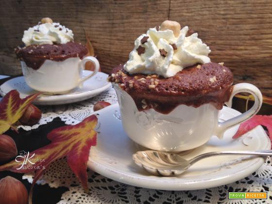 Mug cake ai cioccolato e granella di nocciole