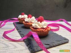 Tartellette con frolla alle fragole, crema pasticcera e coulis di lamponi