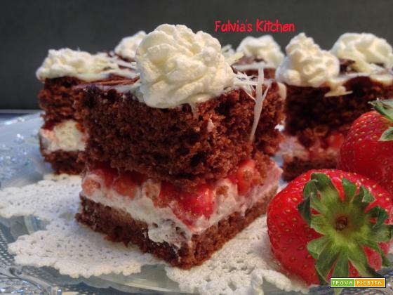 Torta al cioccolato con fragole e panna montata