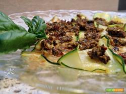 Zucchine grigliate al pesto di olive, capperi e pomodorini