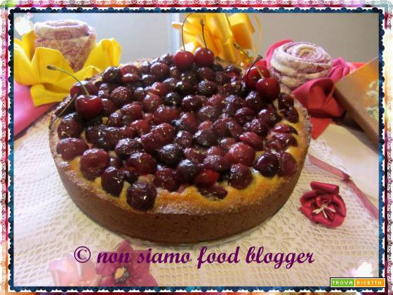 Crostata di ciliegie con pasta frolla all'olio e crema di mandorle e ricotta
