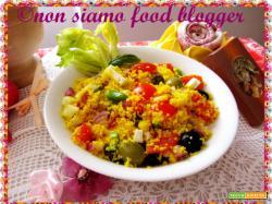Una variazione del tabulè, ossia insalata di cous cous con feta, olive, friggitelli e basilico