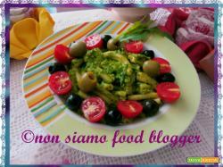 Pasta al pesto di rucola e noci con olive e pomodorini