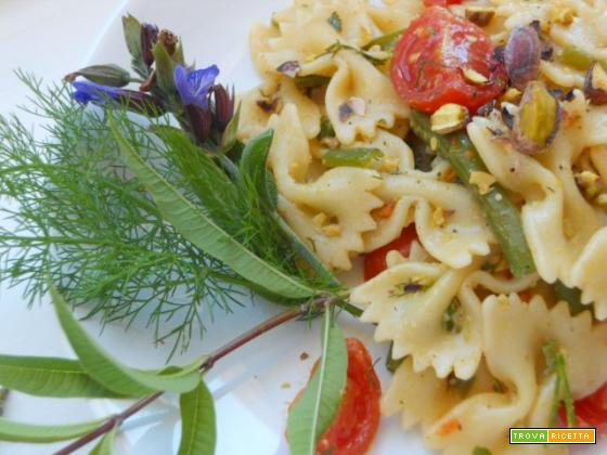 Farfalle in insalata con pesto di erbe e pistacchi