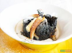 Porzioni di Torta rustica di Mele colorata con il Carbone Vegetale affogate nella crema Vegana a base di Latte di Mandorle!