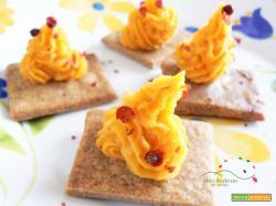 Crackers GLUTEN FREE con Mousse di Batata speziata con bacche di Pepe Rosa
