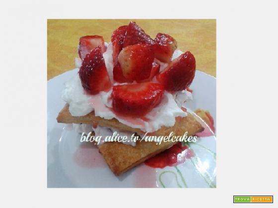 Quadrati di pasta sfoglia, fragole e panna