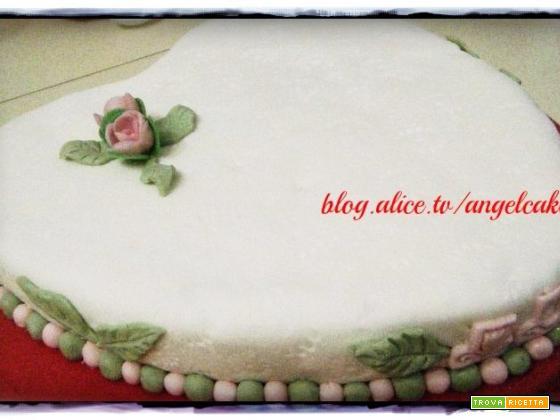 torta a forma di cuore in pasta di zucchero