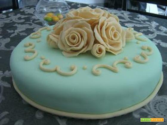 torta con le rose con base in pan di spagna