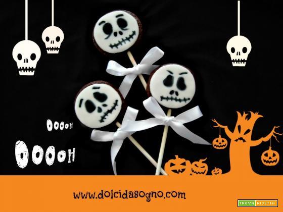 Biscotti su stecco a forma di teschio per Halloween