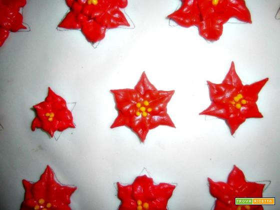Red velvet cupcake per S. Valentino con cuori di cioccolato